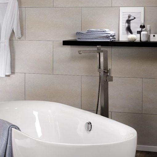 Bathtub against the background of a wall made of Dumawall + Multifix Ecru Tile Panels