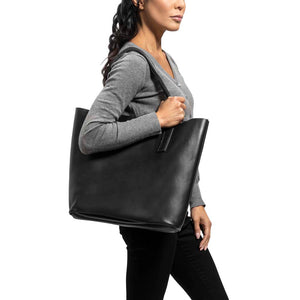 Classic Tote Leather Bag in black - model view