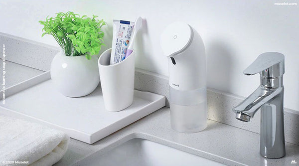 Muselot's automatic foaming hand soap dispenser is the best touchless soap dispenser for hand washing as it extracts foam soap using infrared sensor soap pump. It is ideal to be used as automatic soap dispenser for kitchen sink and bathrooms. It is battery operated, portable and hands-free, perfect to stop the spread of germs and optimize the use of soap.
