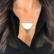 Geometría Ombré Gray Triangle Pendant Necklace