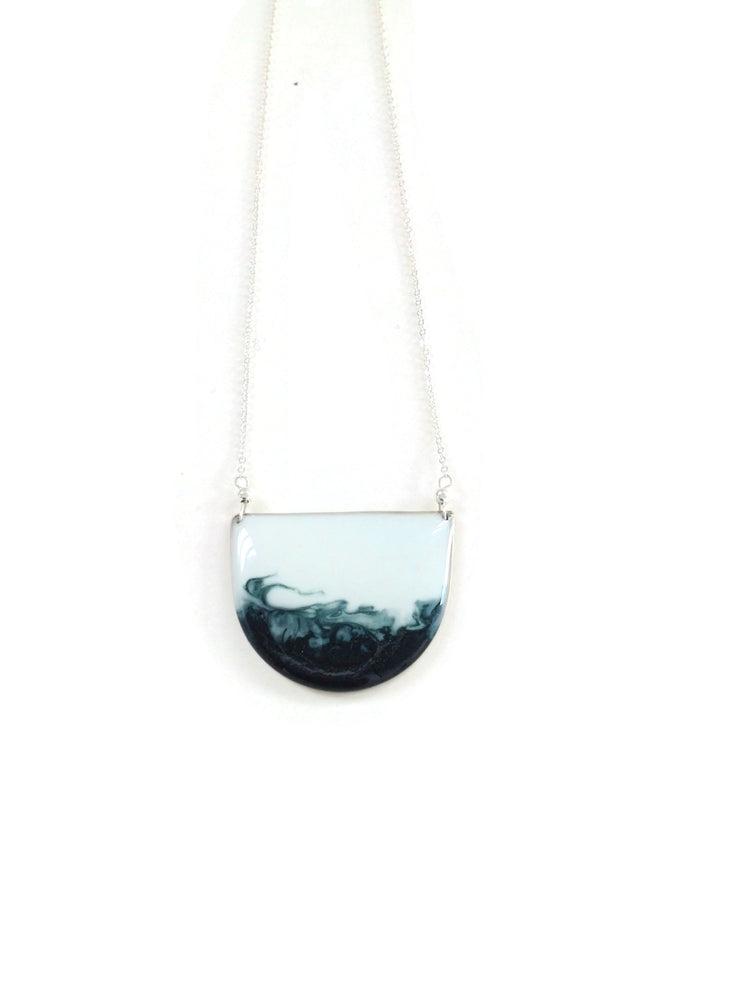 Geometría Petite Half Moon Necklace Ombré