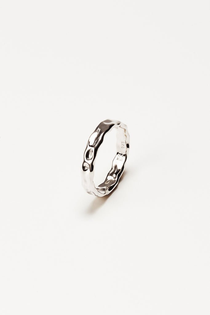 Twisted narrow ring
