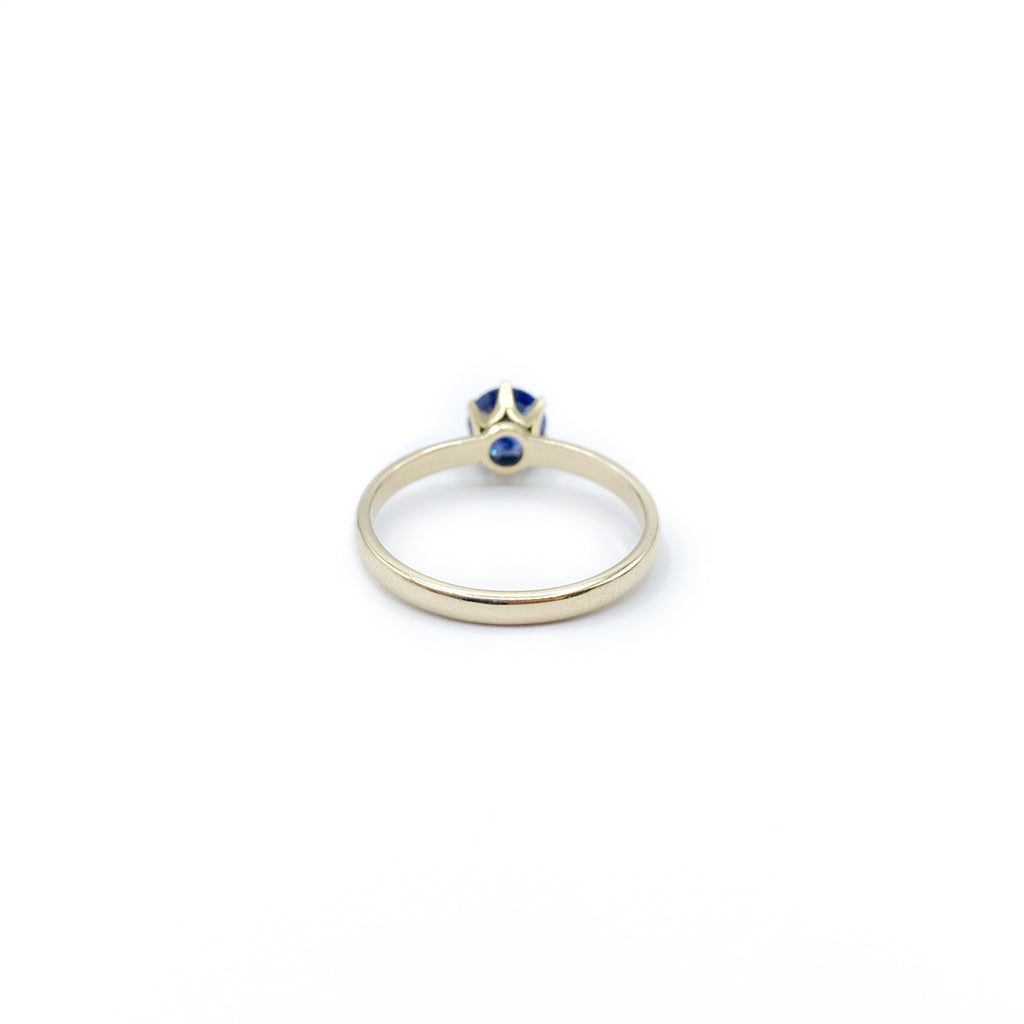 Ring 14 karat gold with round blue sapphire