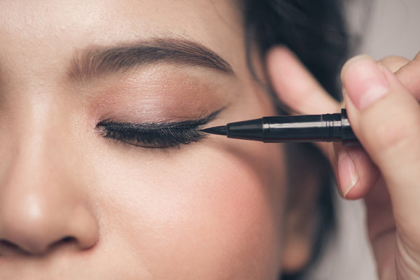 Applying Feutre Fin eyeliner