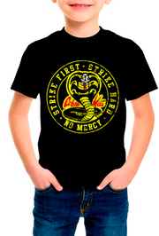 PLAYERA COBRA KAI KIDS STRIKE FIRST. STRIKE HARD. NO MERCY