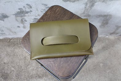 The HARPER Clutch - olive