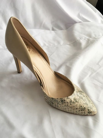 Vince Camuto Size 7 Beige Metallic Snakeskin Pumps