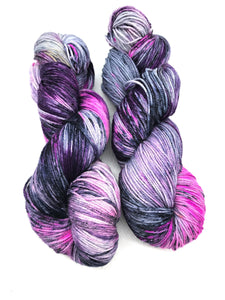 Bark at the moon - Hand Dyed Fingering - 3 PLY - 80/20 SW Merino/ Nylon in purple and dark blue for crochet and knitting, shawls, sock yarn