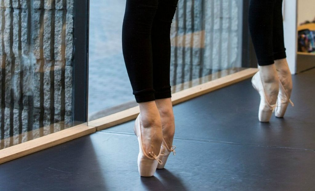 Two dancers en pointe wearing BLOCH pointe shoes during a pointe shoe fitting in store