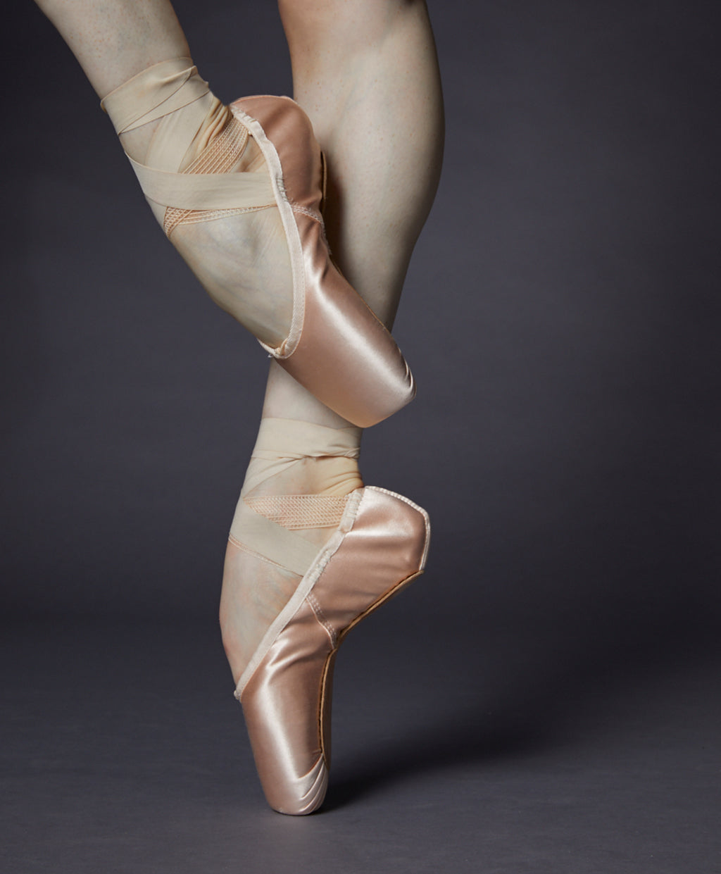 Ballet dancer dancing en pointe in the studio wearing Balance Lisse pointe shoes