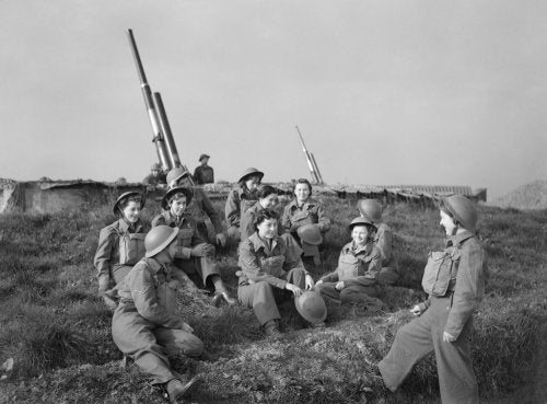 Auxiliary Territorial Service (ATS) women at a 3.7-inch anti-aircraft gun site at Wormwood Scrubs in London, 22 October 1941.