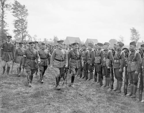 The King with General Lewis, inspecting troops of the American 30th Division, 6 August 1918.