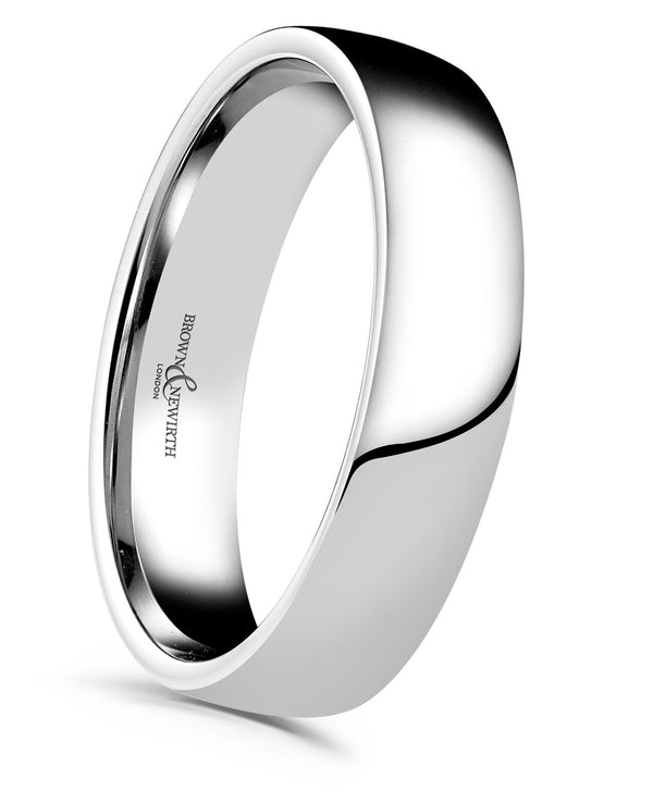 Mens LZN style wedding ring from Brown and Newirth. Light weighted with a slightly curved outside and rounded inside. Smooth, polished finish. LZN
