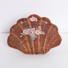 Load image into Gallery viewer, Wicker Clam Shell