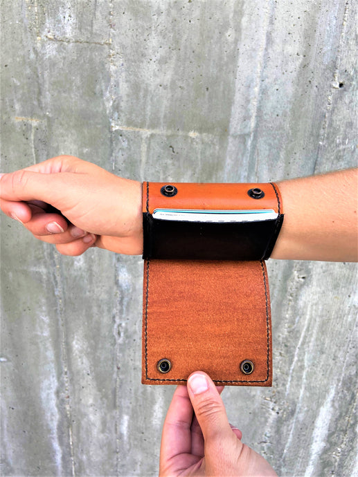 The Wearable Wallet | In Tan