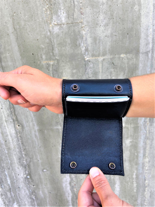 The Wearable Wallet | In Black