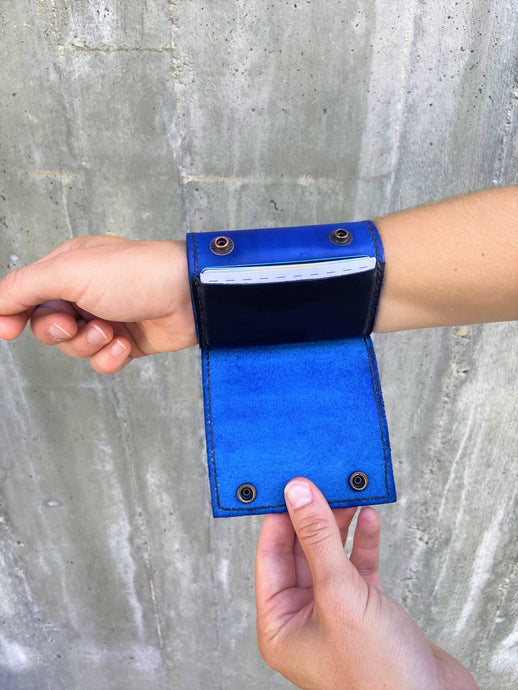 The Wearable Wallet | In Blue