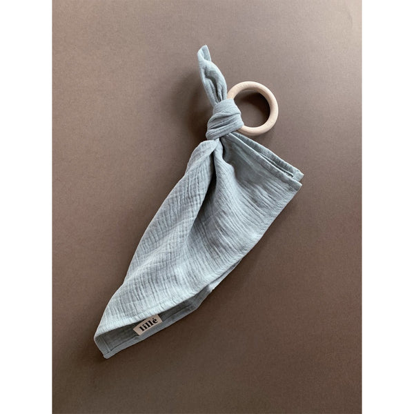 LILLE SAGE MUSLIN CLOTH WOODEN TEETHER