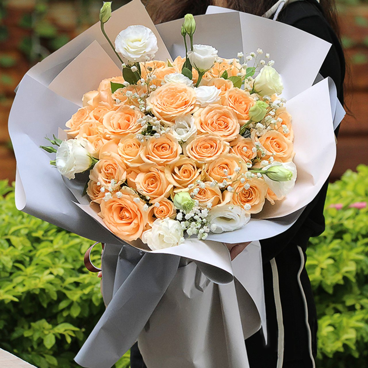 Happiness blooms( 33 champagne roses-