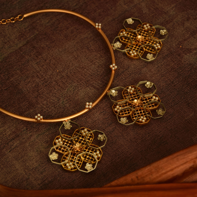 GOLD PLATED MOTI COLLETS WIRE HASLEE WITH SILVER PLATED 3 HONEYCOMB FLOWER MOTI COLET HANGING