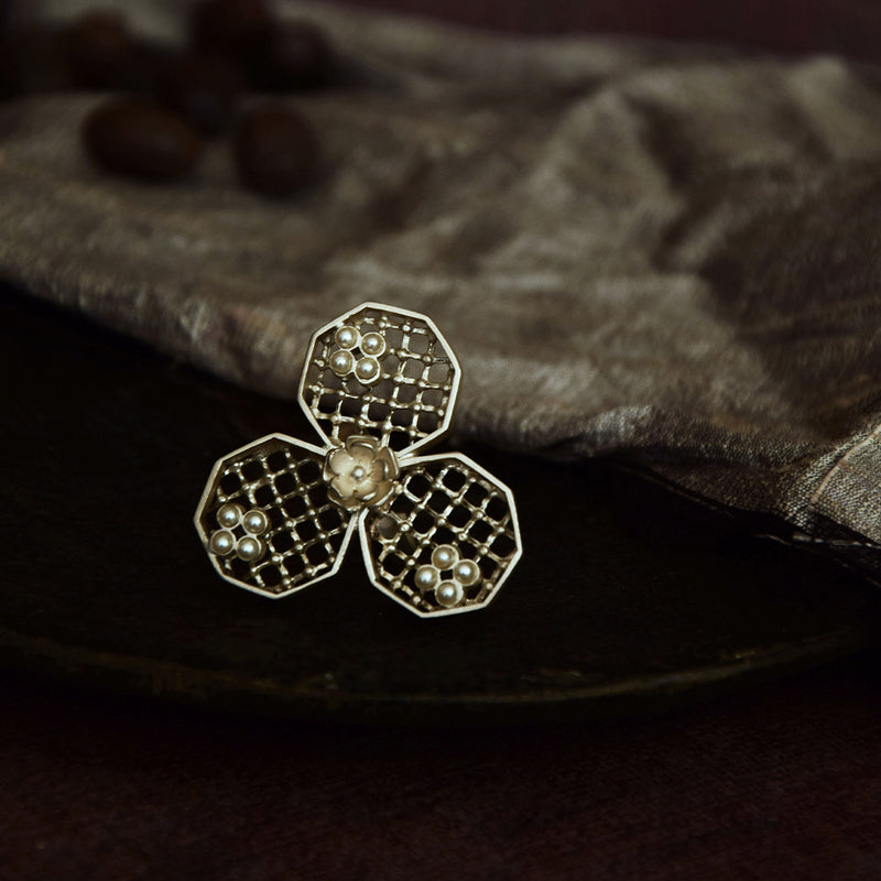 SILVER PLATED HONEYCOMB RING WITH FLOWER AND MOTI COLLET
