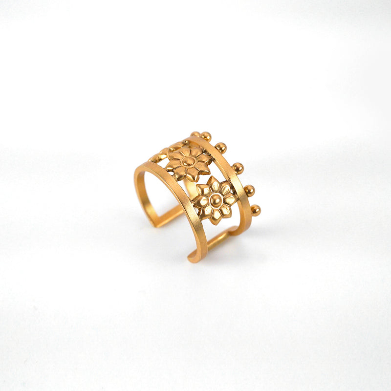 GOLD PLATED ENGRAVING 3 ROUNDED FLOWER AND WIRE RING WITH DOTS ONE SIDED