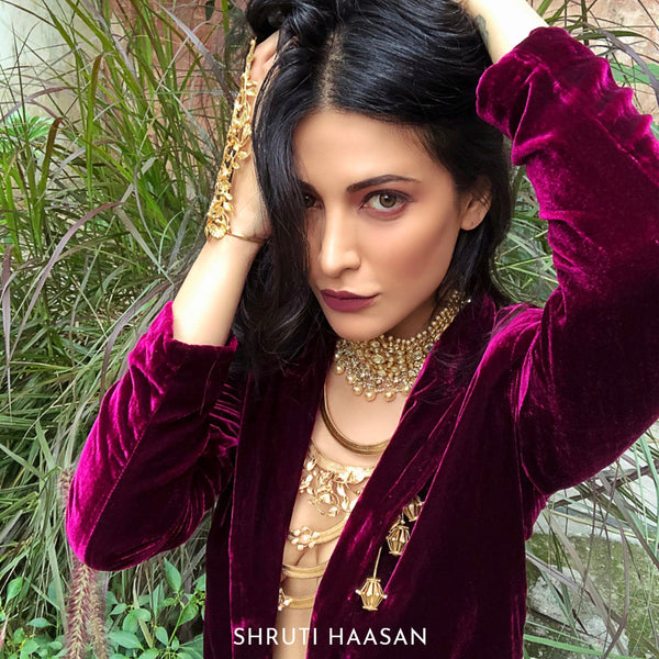 Golden Flat Chain Necklace with Pearl Clusters worn by Shruti Haasan