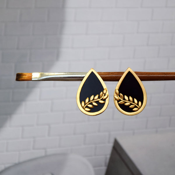 GOLD TONED AND BLACK PETAL STUD EARRINGS WITH FOLIAGE DETAIL
