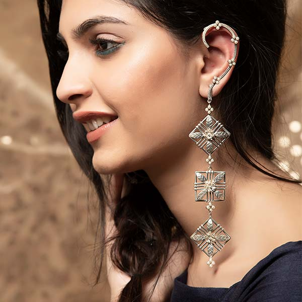SILVER PLATED DORI CHAIN AND MOTI COLLET EARCUFF WITH 3 SQUARE LEAF FLOWER HANGING