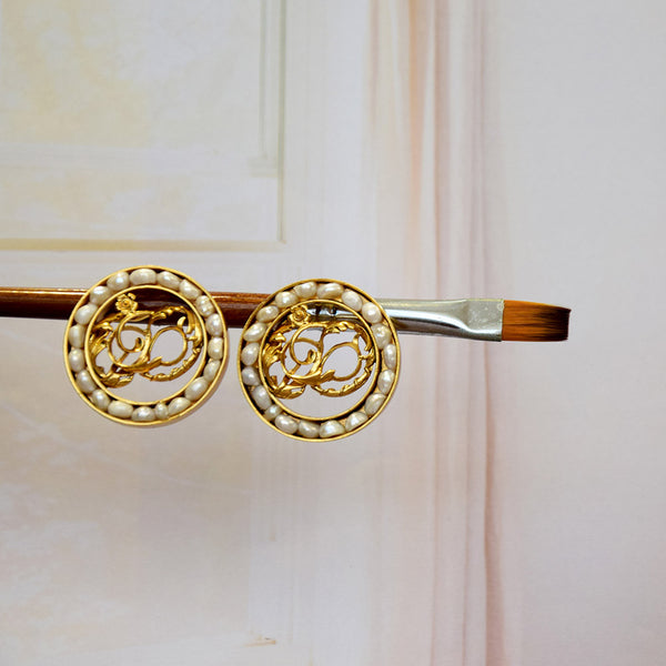 GOLD TONED CIRCULAR FOLIAGE STUD EARRINGS WITH PEARLS
