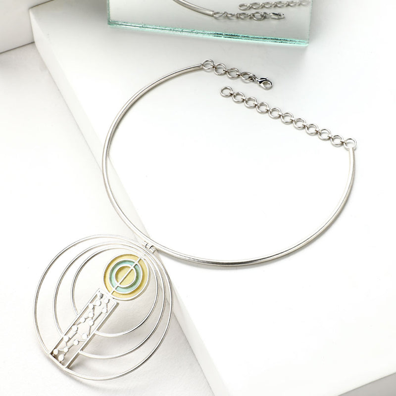 SILVER TONED COLLAR NECKLACE WITH DOTTED & ACRYLIC CIRCLE PENDANT