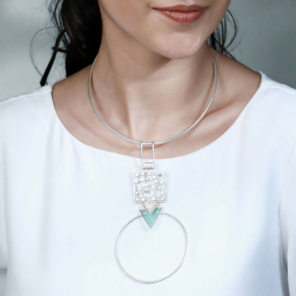 SILVER TONED CIRCULAR PENDANT COLLAR NECKLACE WITH CYAN ACRYLIC & DOTTED DETAIL