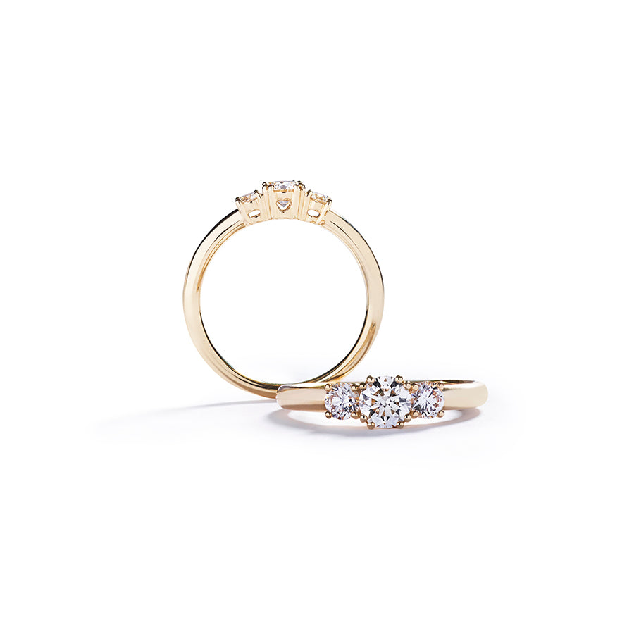 """Copenhagen Love"" 3-stens ring i 18 kt. gulguld med 0,50 ct. brillant"