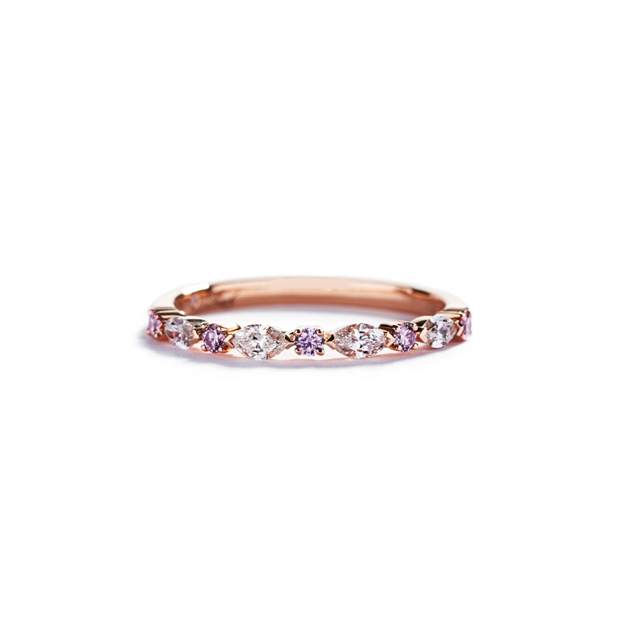 Diamantring i 18 kt. rosaguld prydet med 6 Natural Fancy Intense Pink/VS-SI brillanter, i alt 0,123 ct.  samt 4 navetteslebne Top Wesselton/VVS-VS diamanter, i alt 0,28 ct.