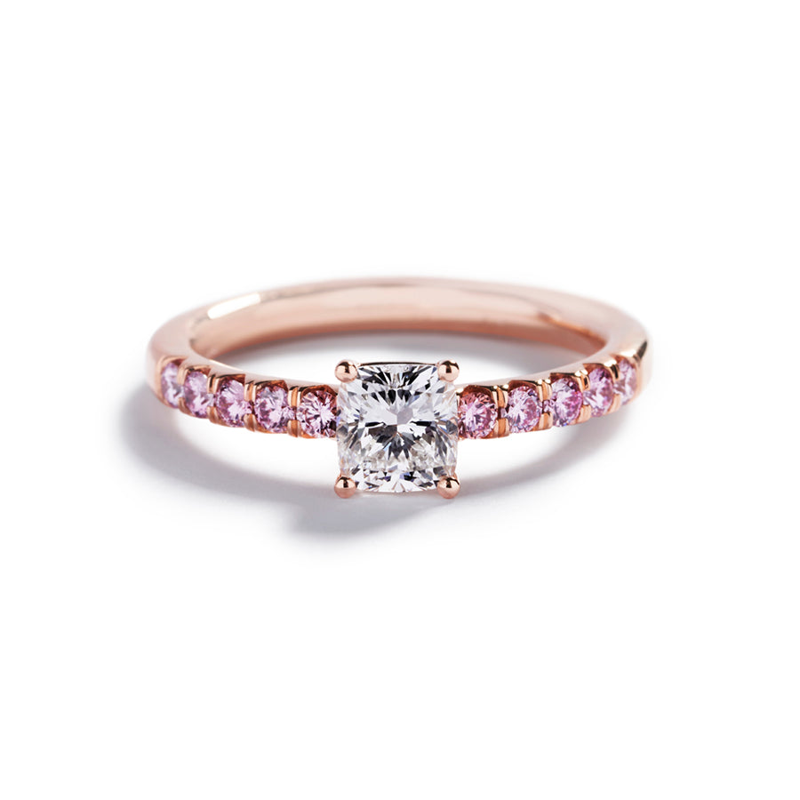 Solitairering i 18 kt. rosaguld prydet med 1,00 ct. cushion-cut Top Wesselton(F)/VS1 diamant, flankeret af 10 Natural Fancy Intense Purplish Pink/SI-P1 brillanter, i alt 0,40 ct.