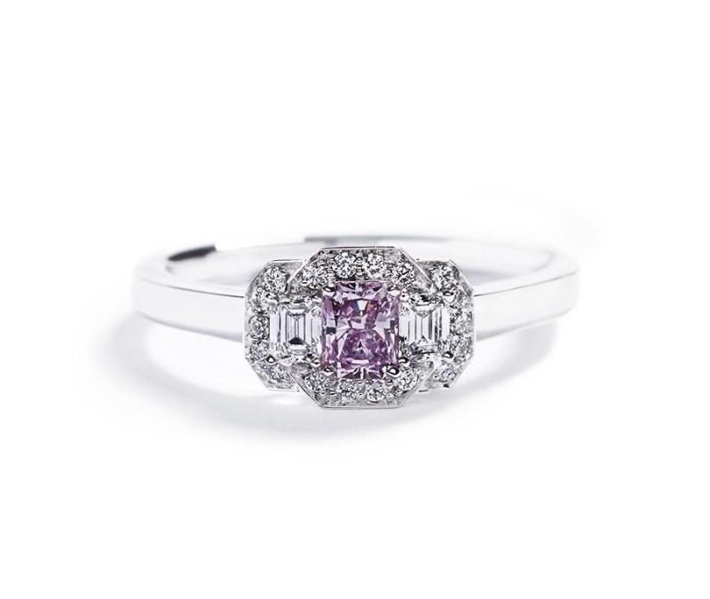 3-stens diamantring med 0,31 ct. Argyle Pink diamant