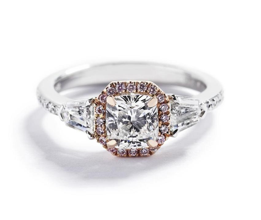 Rosetring med cushion-cut diamant og Argyle Pink diamanter