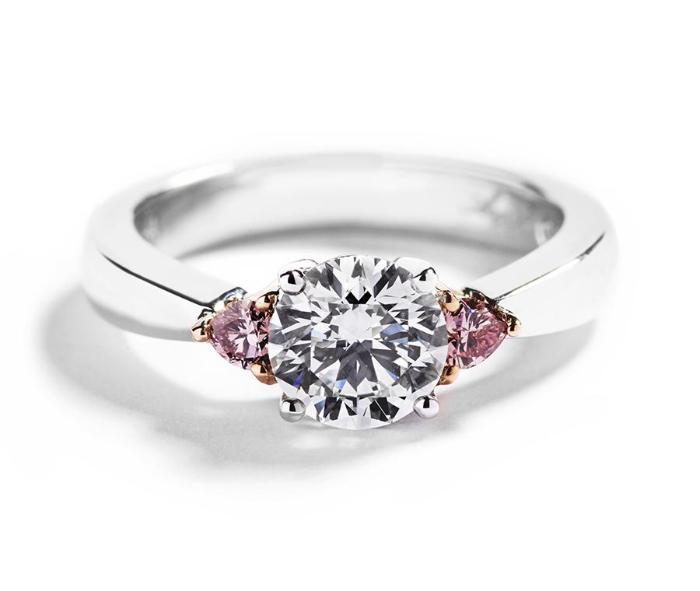 3-stens diamantring med 1,25 ct diamant og 2  Argyle Pink diamanthjerter