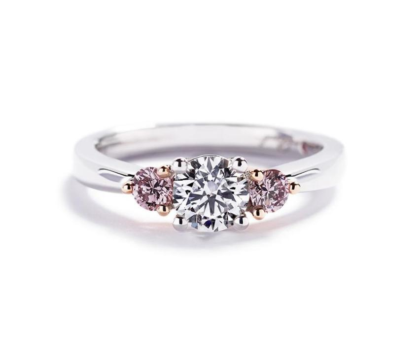 3-stens diamantring med 0,70 ct. brillant og Argyle Pink diamanter