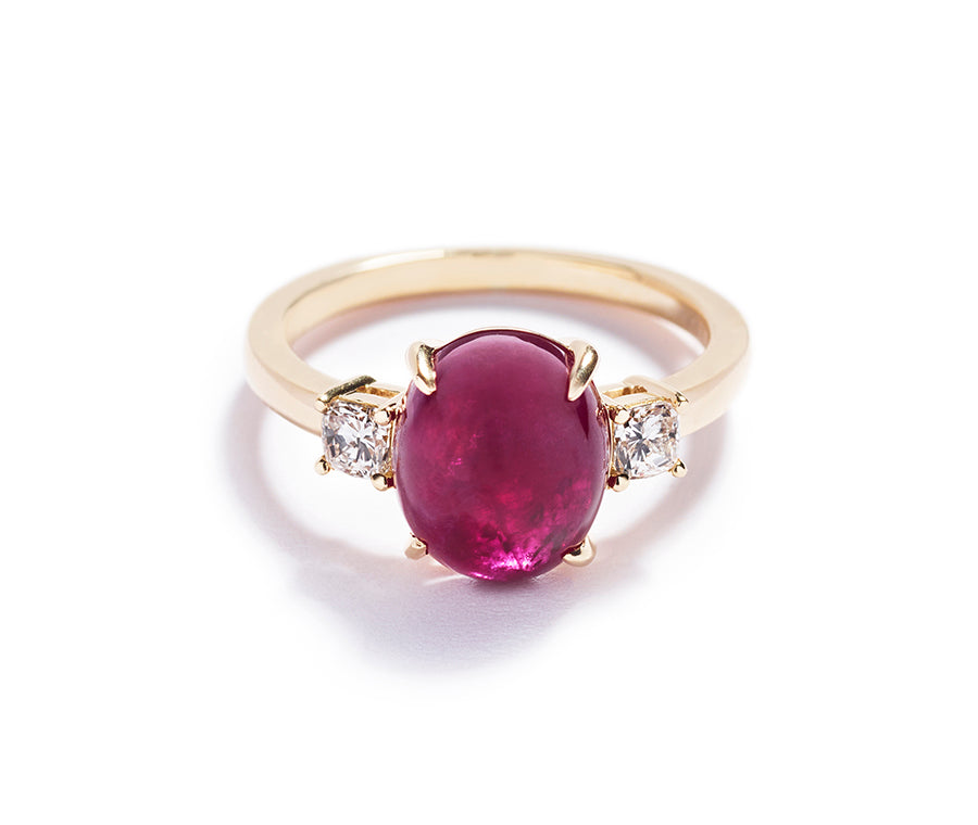 3-stens ring med 5,01 ct. Grønlandsk rubin og cushion-cut diamanter