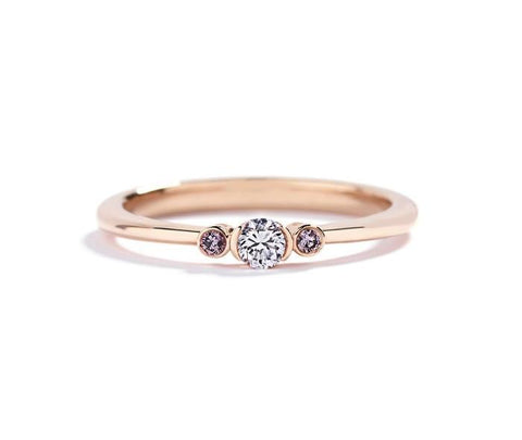 3-stens diamantring med 0,10 ct. diamant og 2 Argyle Pink diamanter