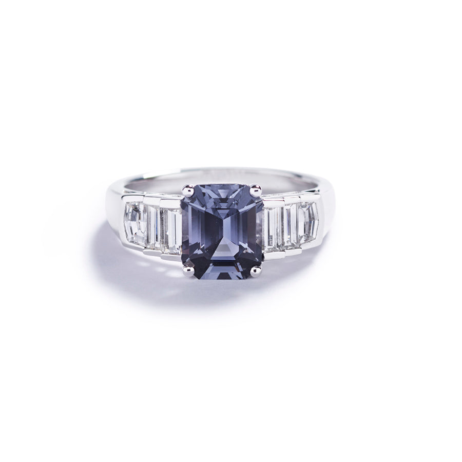 Ring med 1,97 ct. spinel og baguetteslebne diamanter