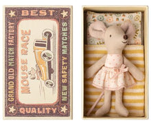 Afbeelding in Gallery-weergave laden, Maileg, little sister mouse in box - pink dots dress