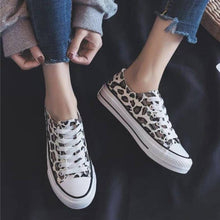 Load image into Gallery viewer, Bonnieshoes Leopard Printed Lace-Up Sneakers