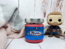 Laden Sie das Bild in den Galerie-Viewer, Captain America - Wild Berries, Musk & Vanilla - Bookish Candle