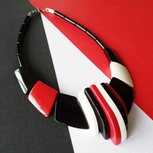 """Shadow play"" reproduction 80s bakelite necklace red, black and white"