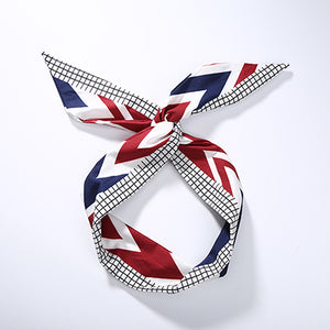 Hair band with knot with checkered pattern and blue, white and red arrows