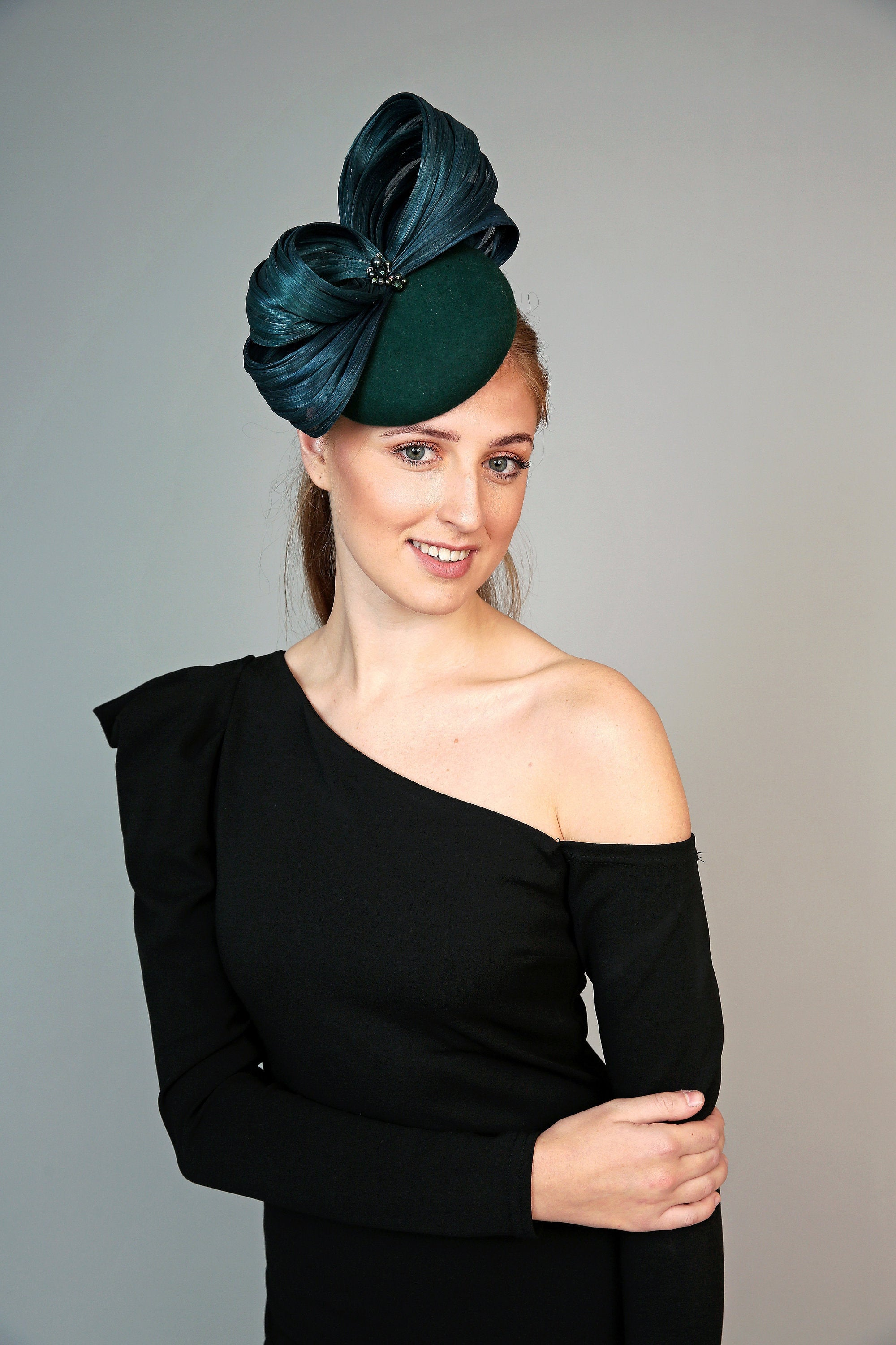 forest green hat, cheltenham races fashion, pillbox, percher hat