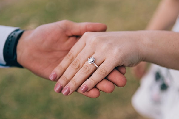 Like in the West, engagement rings are also commonly worn by married couples-to-be in the Philippines.