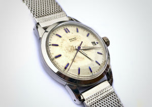 Side view of Stainless steel vintage watch with blued indices, made by the brand Beyer.